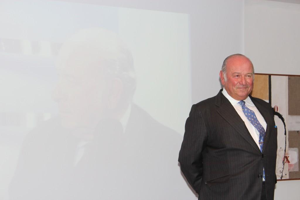 Emocionado, Álvaro Domecq Romero recibe el homenaje del sector turístico de Jerez.