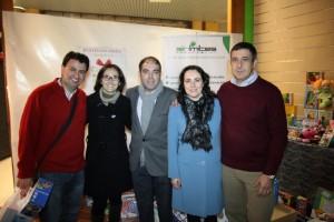 """Los promotores de """"Juguetes sin límites"""", con dos de los Reyes Magos de Jerez, en el local lleno de juguetes donados para los niños desfavorecidos."""